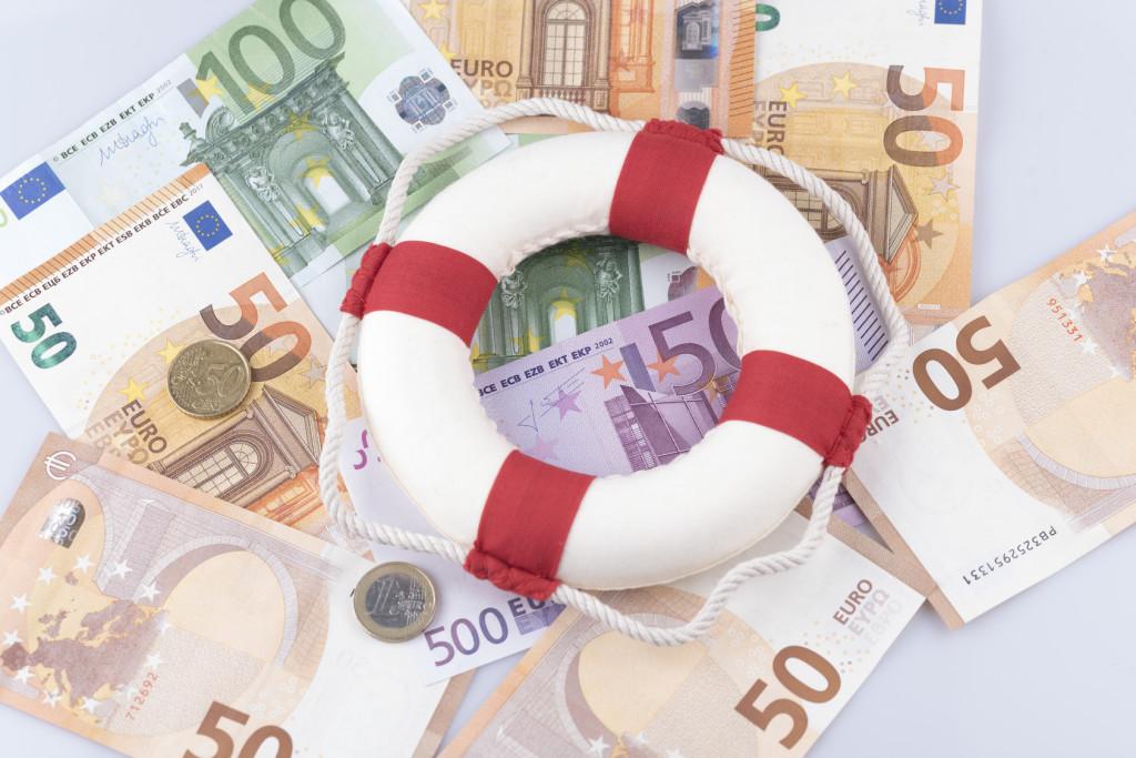 Bargeld mit einem Rettungsring