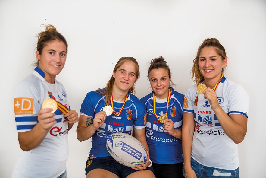 Jugadoras de rugby enseñan su medalla